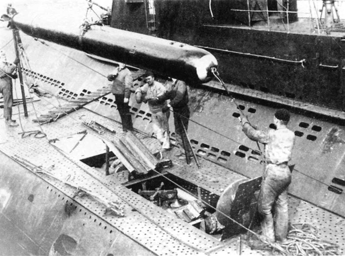 погрузка торпед в подводную лодку видео